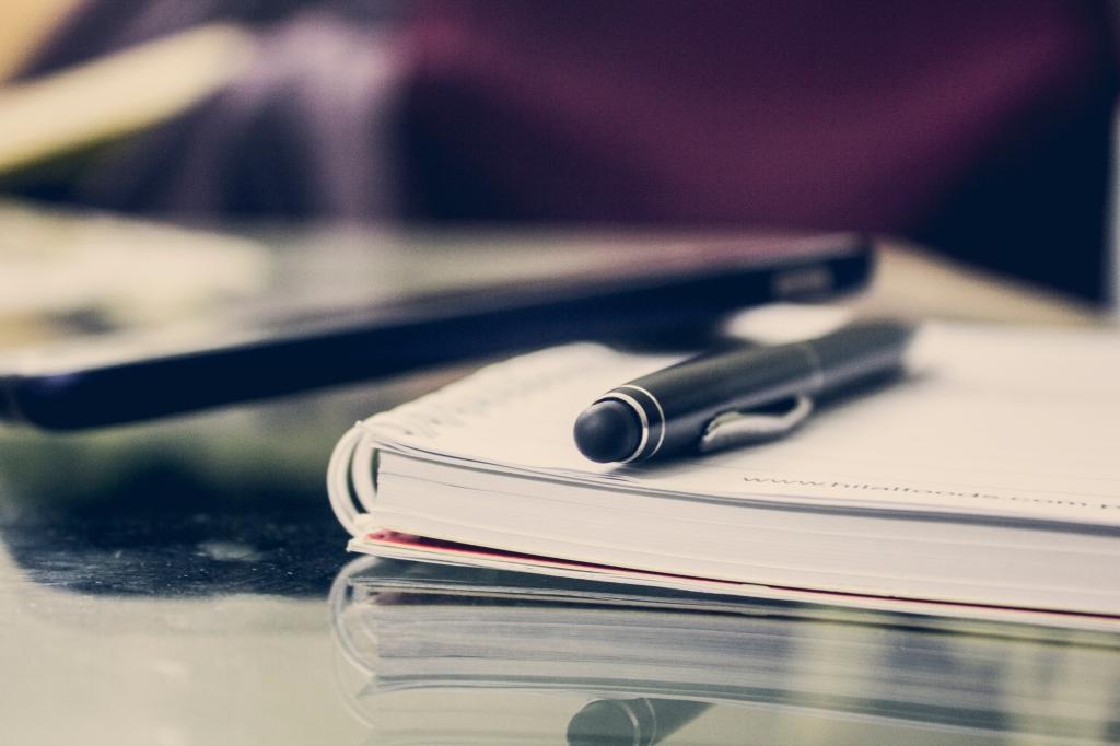Rédaction Révision / correction / réécriture Traduction de l'anglais vers le français Documents de gestion (fichiers de suivis, fichiers d'analyse, etc.) Documents RH (Manuel de l'employé, politiques organisationnelles, DE, section carrières et offres d'emploi) livre cachier crayon stylo